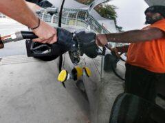 Цена литра бензина упала ниже 8 рублей в США