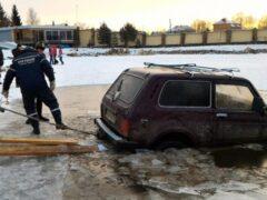 Автомобиль с людьми провалился под лед на Волге в Тверской области