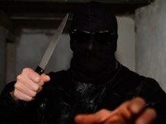 Замотанный шарфом грабитель с ножом унес из банка в Колпино 400 тысяч