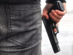 Житель Алейска с пистолетом напал на продавца продуктового магазина
