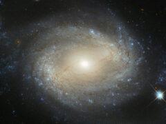 «Хаббл» заснял спиральную галактику с голодной черной дырой
