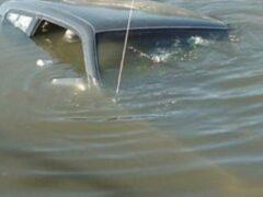 На западе Москвы припаркованный BMW сам скатился в водоем и утонул