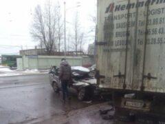 В Петербурге Opel залетел под фуру на Благодатной улице