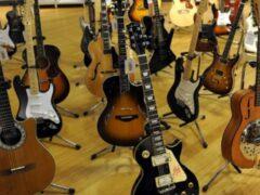 На аукционе в Нью-Йорке продадут более 300 гитар «с историей»
