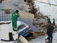 В Петербурге автоледи на Peugeot съехала в реку Мурзинка