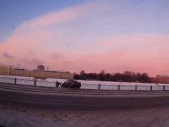 Петербург: Volkswagen пробил ограждение на Октябрьской набережной