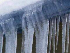 Петербург: На Английском проспекте на голову девушке упала ледяная глыба
