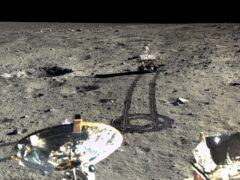 Китай опубликовал цветные снимки Луны