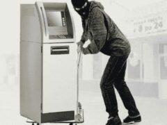 В Гатчине из пиццерии украли банкомат