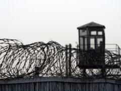 В Тюмени парень перекидывал наркотики через ограду колонии