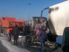 Петербург: Фура с молоком влетела в отбойник на КАД и сгорела