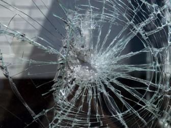 разбил стекло