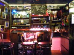 Британец построил для больного отца личный бар в гараже