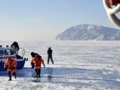 Рыбаки на Байкале спасли двух человек с оторвавшейся льдины