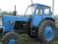 Под Брянском две легковушки врезались в трактор