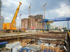 Трое рабочих получили травмы, упав в котлован на западе Москвы