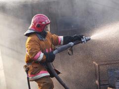 Ночью в Екатеринбурге сгорели 8 гаражей и автомобиль