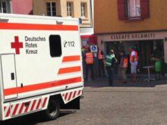 Перепутал педали: легковушка влетела в уличное кафе в Германии