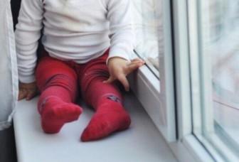 ребенок подоконник окно