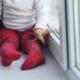 В Петербурге на Гаврской с четвертого этажа выпала двухлетняя девочка