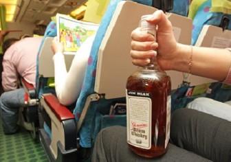 самолет салон бутылка