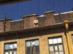 В Петербурге голый мужчина забрался на крышу дома у метро «Чкаловская»