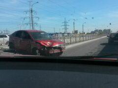 В Петербурге Ford Focus с ребенком снес ограждение трамвайных путей