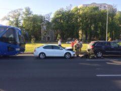 Петербург: На Приморском частный автобус столкнулся с двумя машинами
