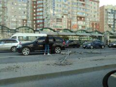 Петербург: Hyundai снес разделительный забор на Комендантском проспекте