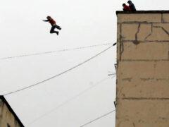 В Пинске рабочий сорвался с крыши пятиэтажного здания и погиб