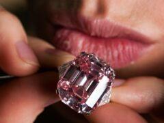Редкий розовый бриллиант продали на аукционе за рекордные $31,5 млн