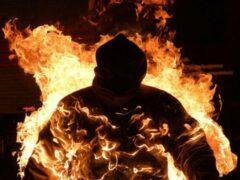 В Петербурге двое мужчин подожгли бездомного в подъезде