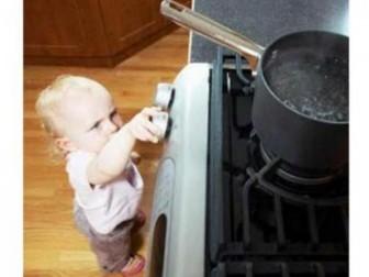 ребенок плита кипяток