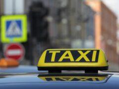 В Петербурге таксист протащил клиента несколько метров за машиной