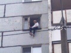 В Казани спасатели сняли пенсионера с карниза на шестом этаже