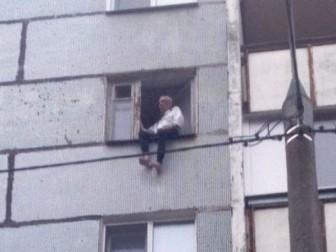 пенсионер окно карниз