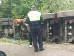 На Приозерском шоссе грузовик вылетел в кювет