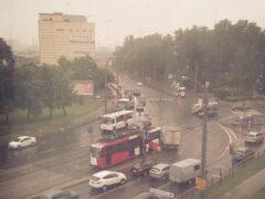 Петербург: Грузовик «залез» под трамвай в ДТП на Волковском