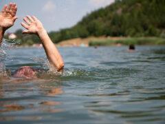 МЧС: два школьника утонули в карьере в Березе