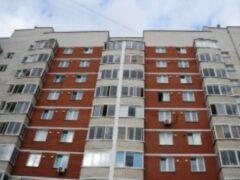 В Екатеринбурге на женщину с ребенком упала металлическая конструкция