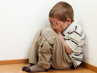 мальчик плачет угол
