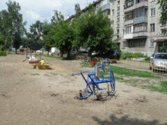 Сертифицированная карусель рухнула на детской площадке в Барнауле