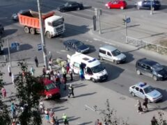 Петербург: На Наставников машина вылетела на тротуар и сбила человека