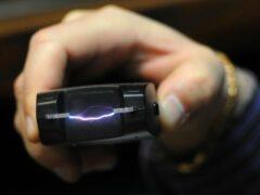 Пенсионерка ударила электрошокером не уступившую место школьницу