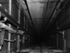 В Красноярске на стройке рабочий упал в шахту лифта