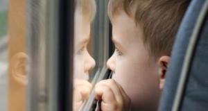 мальчик окно автобус