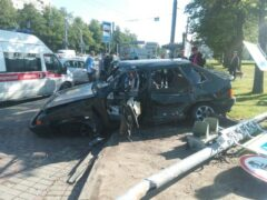 Петербург: На Маршала Блюхера легковушка вылетела на тротуар и сбила светофор