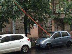 Металлический брус пробил лобовое стекло автомобиля на Петроградке