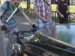 Активист «СтопХама» на велосипеде поцарапал Rolls-Royce нарушителя