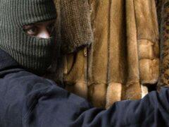 Из торгового центра в Самаре украли 75 шуб под видом мусора
